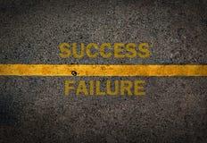 Gelbe Linie auf der hohen Weise Erfolg und Störung Stockfotos