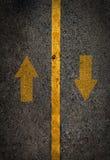 Gelbe Linie auf der hohen Weise mit airrow auf und ab Stockfotos