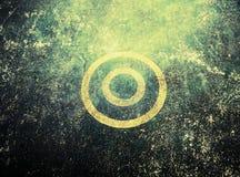 Gelbe Linie des Kreises auf schmutziger Wand Stockfotografie