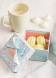 Gelbe Makronen in der Geschenkbox Pastell gefärbt Lizenzfreies Stockfoto