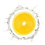 Gelbe Mandarine oder Orange im Wasserspritzen Lizenzfreie Stockfotos