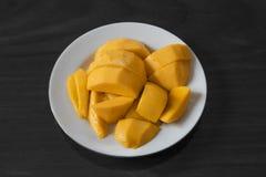 Gelbe Mango auf Schwarzweiss-Hintergrund Stockfotografie