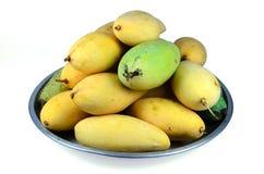Gelbe Mango in der Schüssel Stockbilder