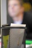 Gelbe Markierung auf Schreibtisch Stockfotografie