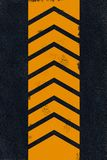 Gelbe Markierung auf schwarzem Asphalt Lizenzfreies Stockbild