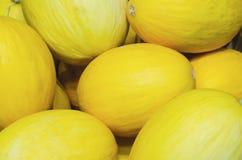 Gelbe Melonen gestapelt f?r Einzelhandelsverkauf lizenzfreies stockfoto
