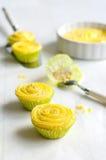 Gelbe Minikleine kuchen Lizenzfreie Stockfotografie