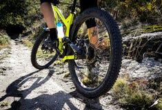 Gelbe Mountainbike-und Reiter-Füße lizenzfreie stockfotografie