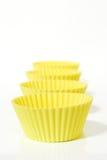 Gelbe Muffinformen Stockfoto