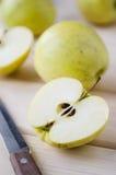 Gelbe nasse frische Äpfel Stockfotos