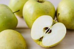Gelbe nasse frische Äpfel Lizenzfreie Stockfotos