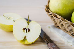 Gelbe nasse frische Äpfel in einem Weidenkorb Lizenzfreie Stockfotos