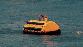 Gelbe Navigationsboje auf dem Fluss, Draufsicht stock video