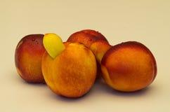 Gelbe Nektarinenfrucht mit Abweichung Stockfoto