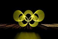 Gelbe olympische Ringe unscharfer Zoom mit Reflexion Lizenzfreies Stockfoto