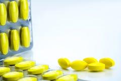 Gelbe ovale Tablettenpillen mit Blisterpackungen auf weißem Hintergrund mit Kopienraum Schmerzmittelmedizin Stockbilder