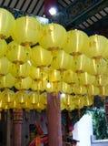 Gelbe Papierlaternen auf vegetarischem Festival Stockbilder
