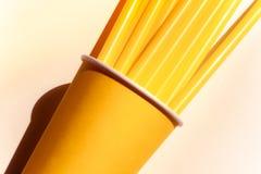 Gelbe Papierschale und Strohe stockfoto