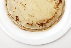 Gelbe Pfannkuchen auf einer weißen Platte Stockfotos