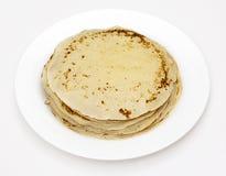 Gelbe Pfannkuchen auf einer weißen Platte Lizenzfreie Stockfotos