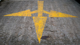 Gelbe Pfeilzeichen auf der Straße Stockbilder