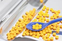 Gelbe Pillen in der Droge, die Tellersegment zählt Lizenzfreie Stockfotografie