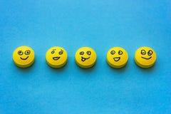 Gelbe Pillen mit Lächeln auf einem blauen Hintergrund Das Konzept von tr stockbild