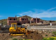 Gelbe Planierraupe auf Aufbau der Landhäuser Lizenzfreie Stockfotografie