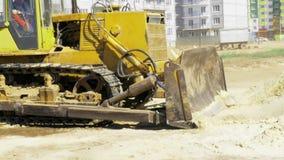 Gelbe Planierraupe in der Bewegung Bau eines Wohnmultiwohnungskomplexes in der Stadt aufbau Video auf Lager stock video footage
