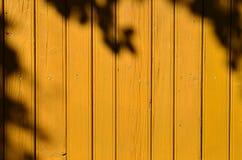 Gelbe Planken mit Schatten Stockbild