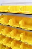 Gelbe Plastikgestelle stockfotografie