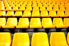 Gelbe Plastiksitze Lizenzfreie Stockfotos
