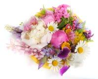 Gelbe Platte mit Juni-Blumen Stockfotografie