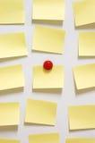 Gelbe Post-Itanmerkung und -magnet knöpfen auf whiteboard Lizenzfreie Stockbilder