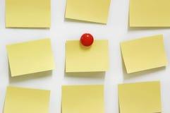 Gelbe Post-Itanmerkung und -magnet knöpfen auf whiteboard Lizenzfreies Stockbild