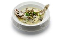 Gelbe Quakfischfischsuppe mit konserviertem Schneegemüse Stockfotos