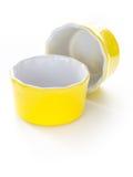 Gelbe Ramekins auf weißem Hintergrund Stockfotografie