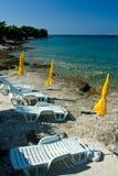 Gelbe Regenschirme auf Strand, adriatisches Meer Lizenzfreies Stockfoto