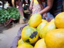 Gelbe reife Mango wird auf den allgemeinen Markt des Stapels gebracht Lizenzfreies Stockfoto