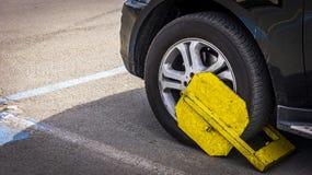 Gelbe Reifenklammer auf einem Reifen lizenzfreie stockfotos