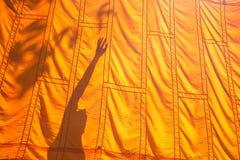 Gelbe Robe und Schatten eines buddhistischen Mönchs oder des Anfängers, buddhistisch herein stockbilder