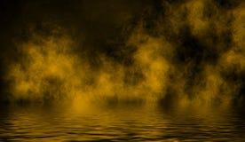 Gelbe rollende Wogen des Rauchnebels vom Trockeneis über dem unteren Licht mit Reflexion im Wasser stockfotos