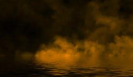 Gelbe rollende Wogen des Rauchnebels vom Trockeneis über dem unteren Licht mit Reflexion im Wasser lizenzfreie stockfotografie