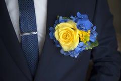 Gelbe Rosen-Boutonniere auf schwarzem Anzug stockfotos
