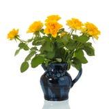 Gelbe Rosen des Vase lizenzfreie stockbilder