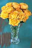 Gelbe Rosen im Vase Stockfotografie