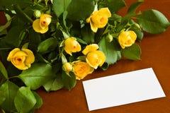 Gelbe Rosen mit unbelegter Anmerkung Stockfoto