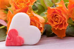 Gelbe Rosen mit Zuckerherzen für die Heirat Lizenzfreie Stockbilder