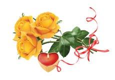 Gelbe Rosen und eine Kerze lizenzfreie stockbilder