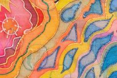 Gelbe, rote, blaue abstrakte Verzierung auf Seidenbatik Lizenzfreie Stockfotos